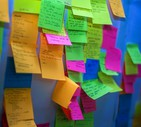 Alcuni post-it attaccati ad un muro  (ANSA)